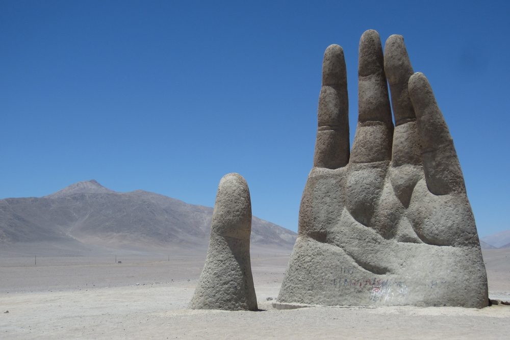 L'attraction touristique bizarre la Main du désert au Chili.