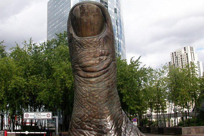 Le Pouce situé à la Défense à Paris est une attraction touristique étrange.