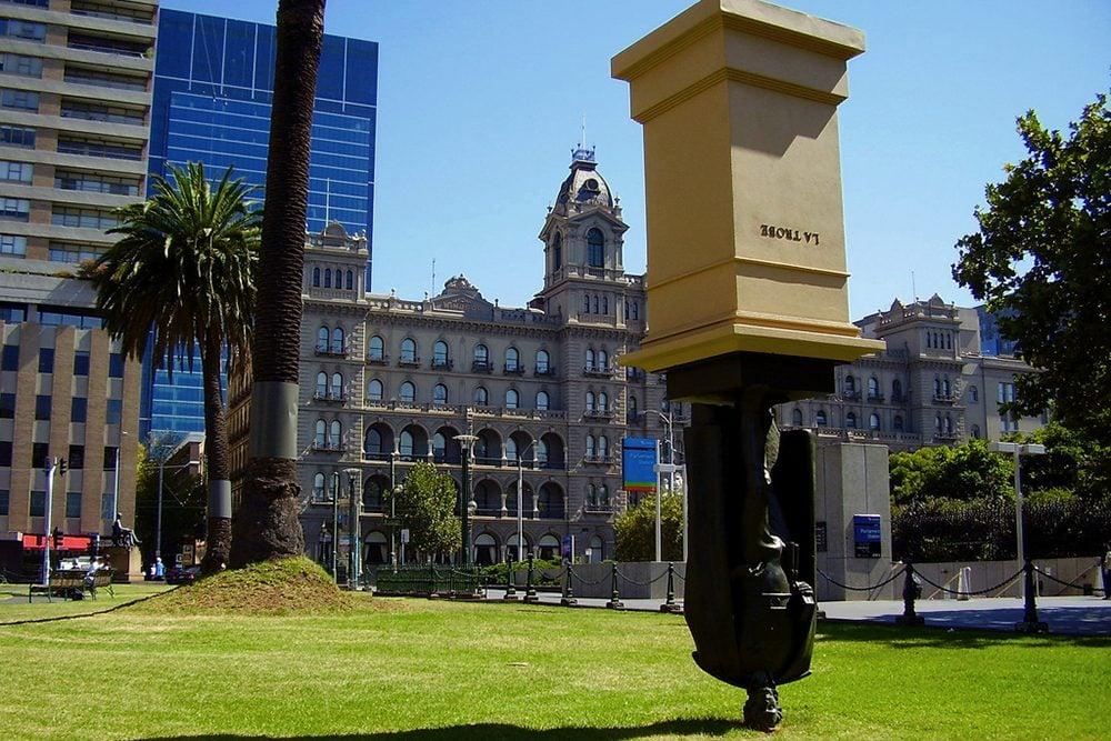 Une attraction touristique bizarre, la statue inversée du sculpteur Charles La Trobe, à Melbourne.