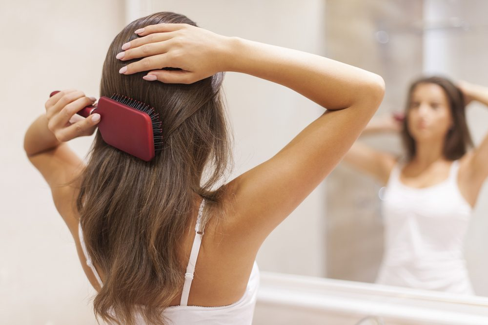 Se brosser les cheveux est important pour des cheveux en beauté.