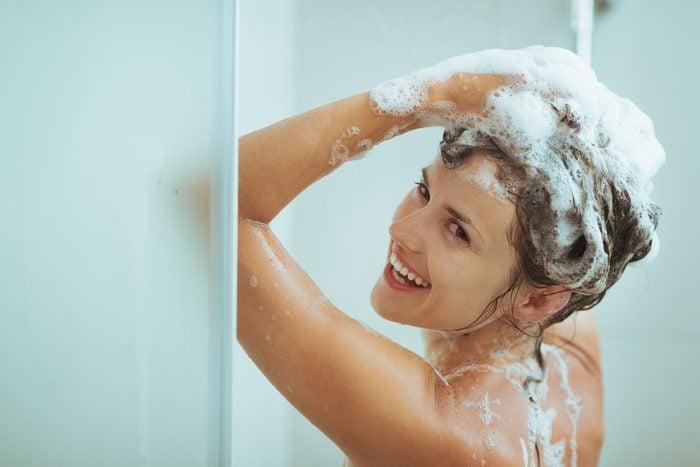 Pour garder votre teinture de cheveux encore plus longtemps, voici ce qu'il faut faire sous la douche!