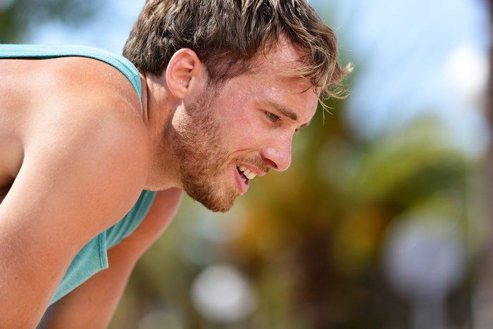Les personnes en bonne forme physique peuvent transpirer de façon abondante.