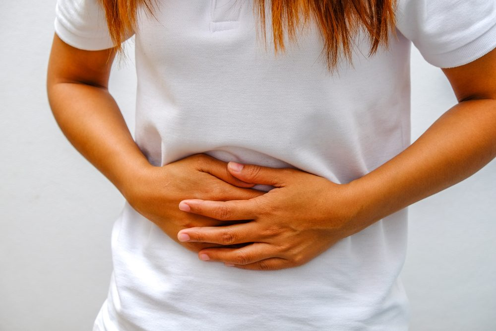 Le mal de ventre parmi les signes et symptômes de la leucémie.