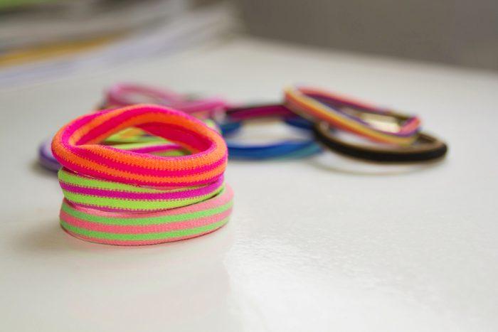 Les pires erreurs et faux-pas vestimentaires: porter des élastiques pour cheveux autour des poignets.