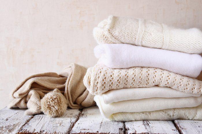Les pires erreurs et faux-pas vestimentaires: des vêtements blancs défraîchis.
