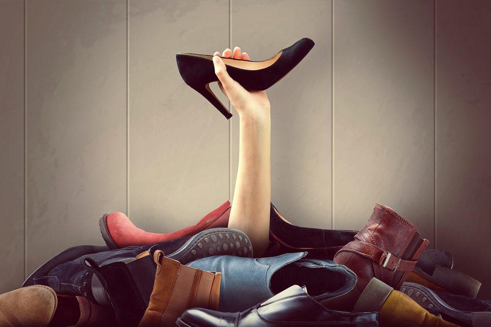 Les pires erreurs et faux-pas vestimentaires: porter des chaussures mal ajustées.