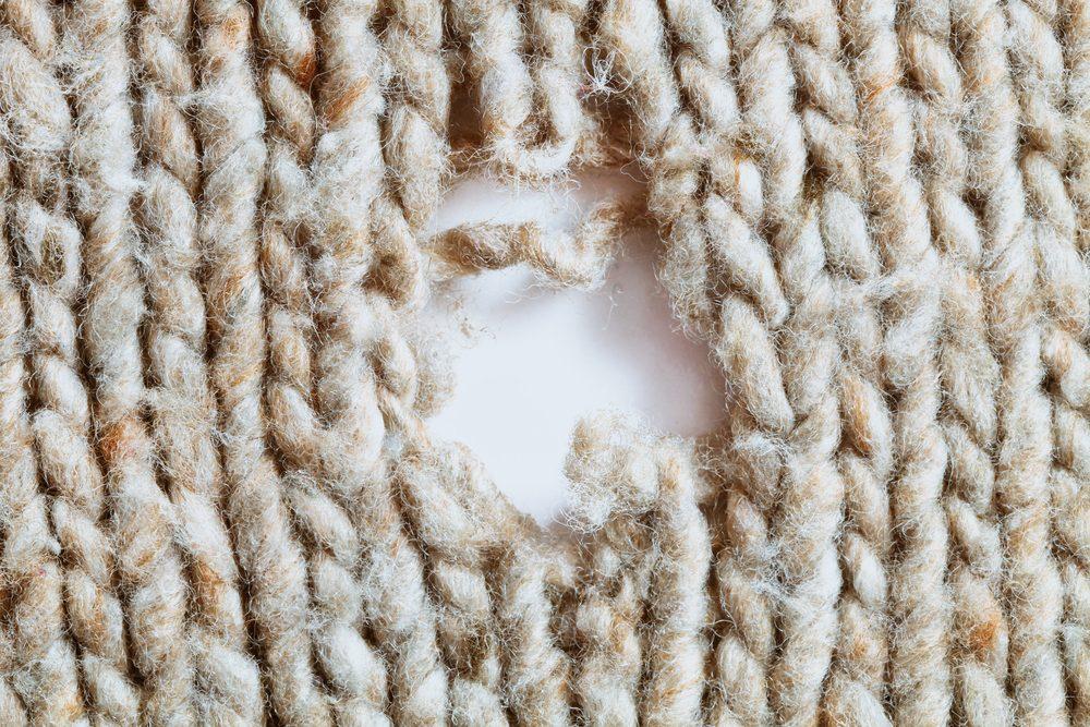 Les pires erreurs et faux-pas vestimentaires: des trous dans vos vêtements.