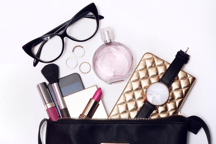 Les pires erreurs et faux-pas vestimentaires: un sac à main trop chargé.