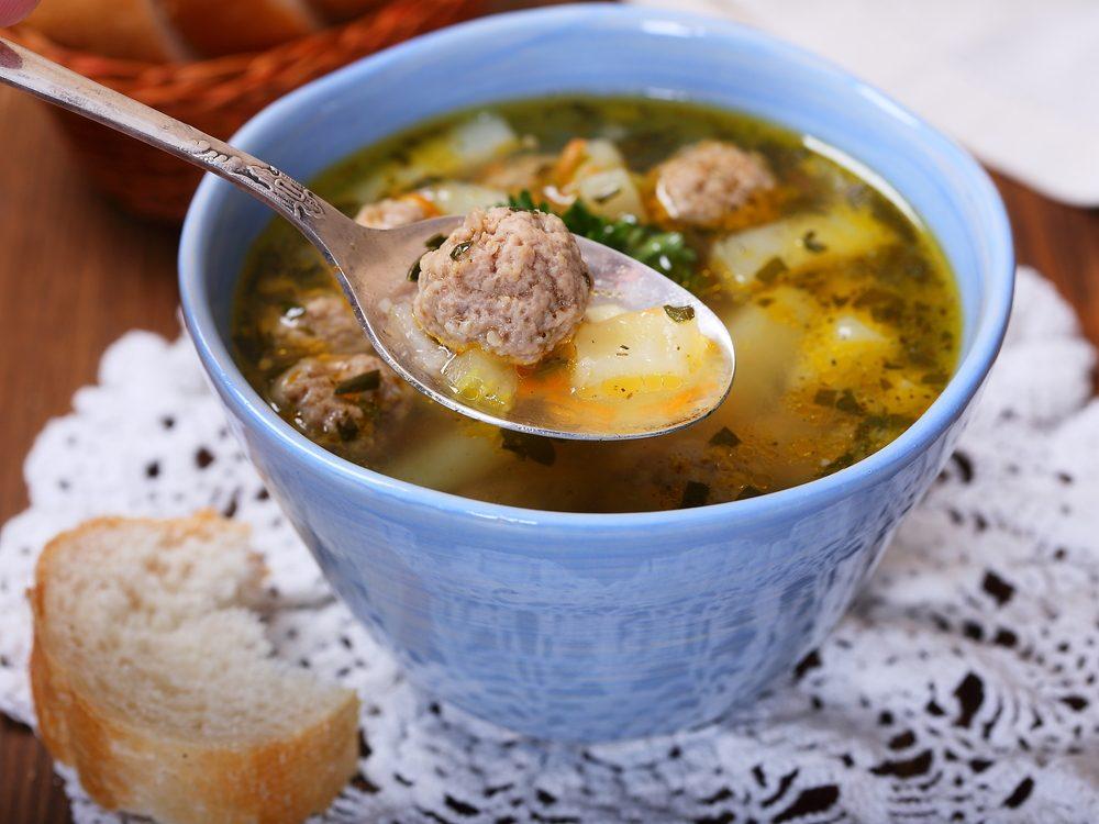 Une recette de lunch à emporter dans le thermos: soupe de légumes aux boulettes.