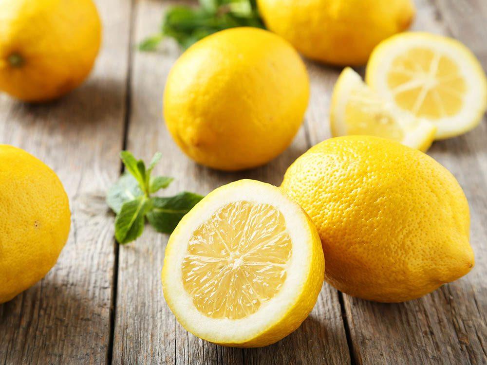 Pour lutter contre les pellicules, quelques goutes de jus de citron suffisent.