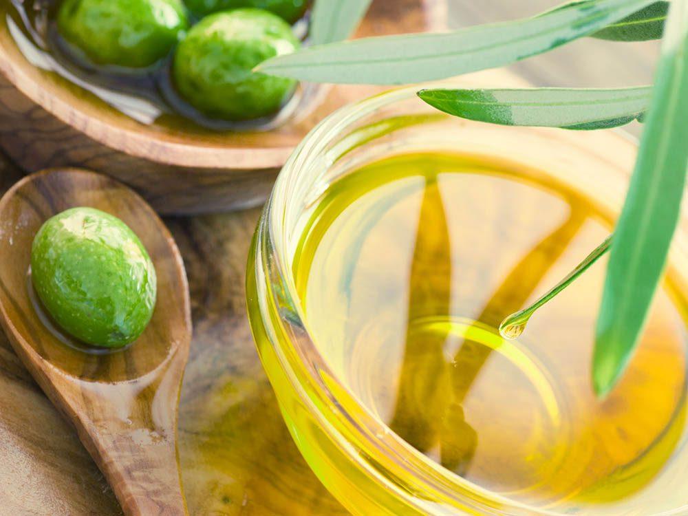 Pour lutter contre les pellicules, utilisez l'huile d'olive.