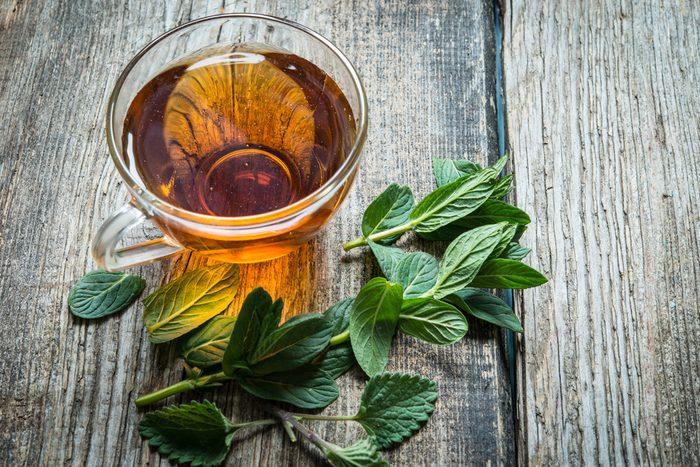 Boire la menthe poivrée en infusion
