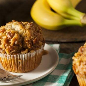 Muffins aux bananes, beurre de noix et confiture