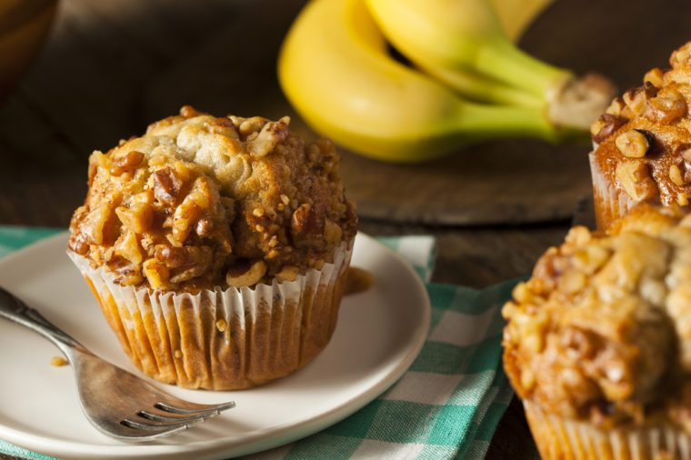 Une recette de muffins aux bananes et beurre de noix santé pour un déjeuner minceur.
