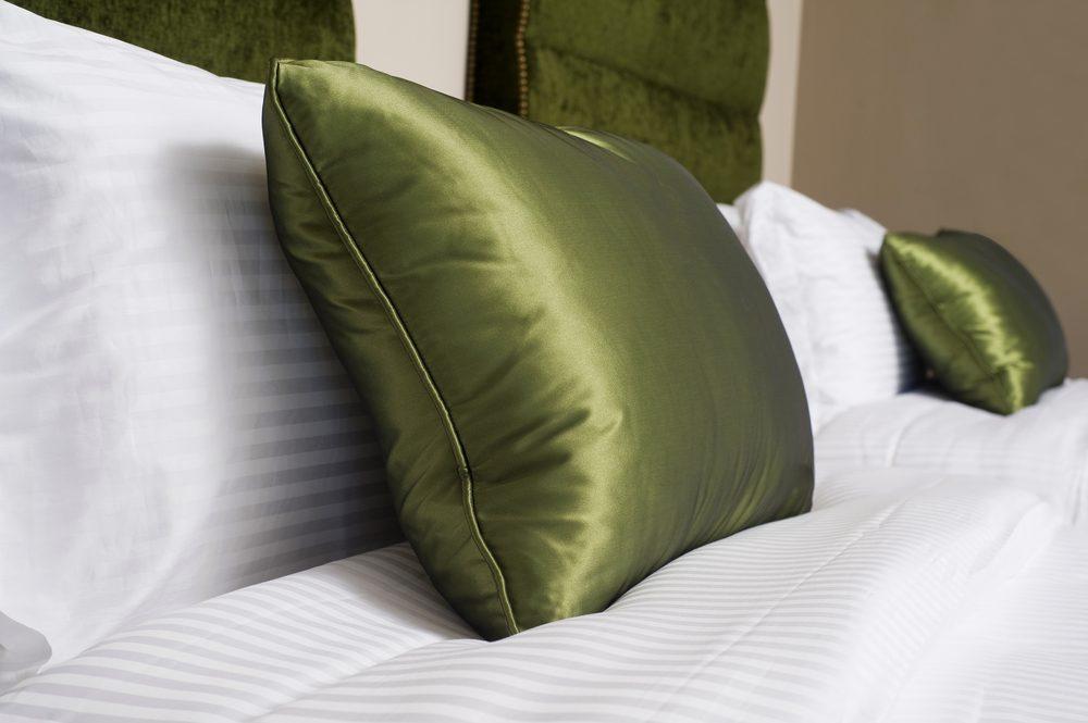 Pour protéger vos cheveux, dormez sur un oreiller en soie.