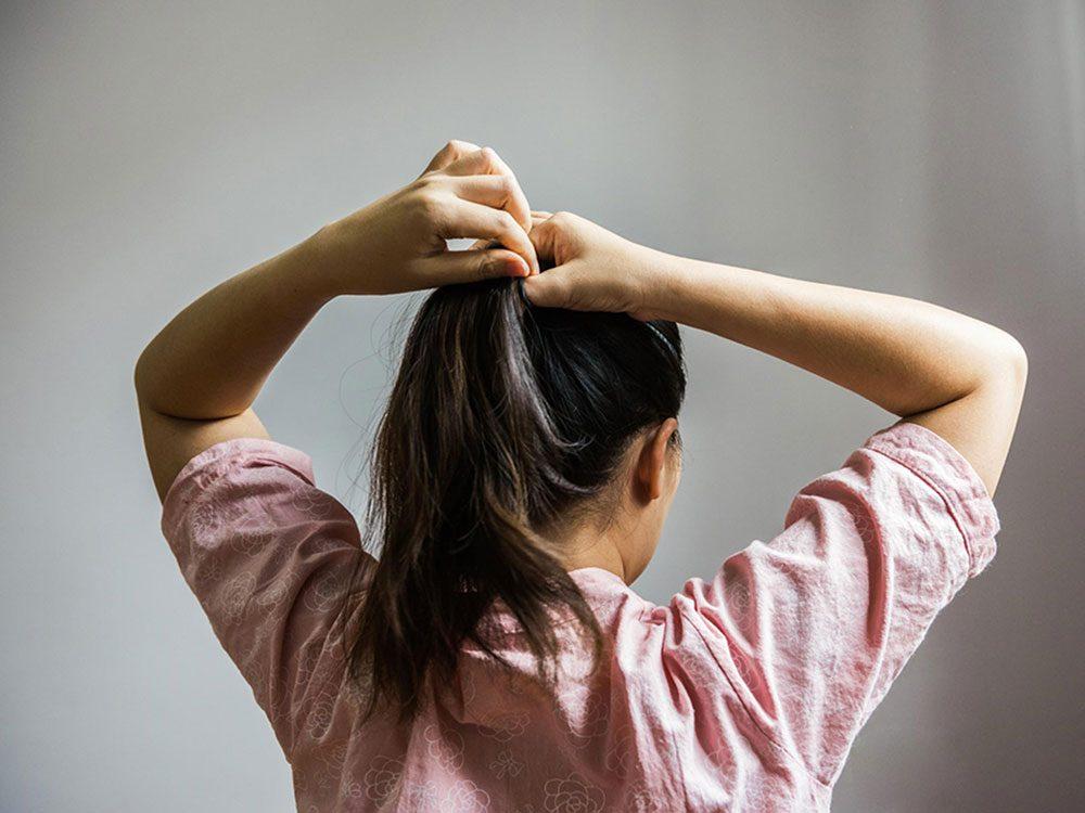 Attachez vos cheveux pour avoir une peau plus jeune.