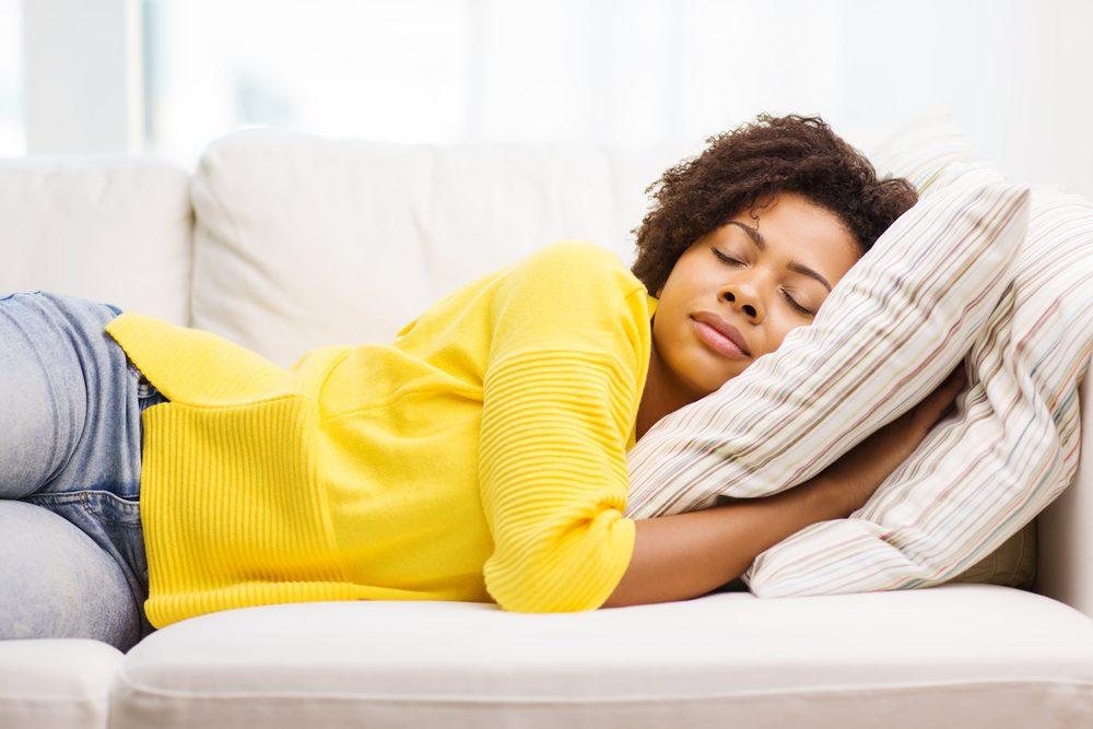 Conseils et astuces pour garder une peau jeune: dormez autrement!