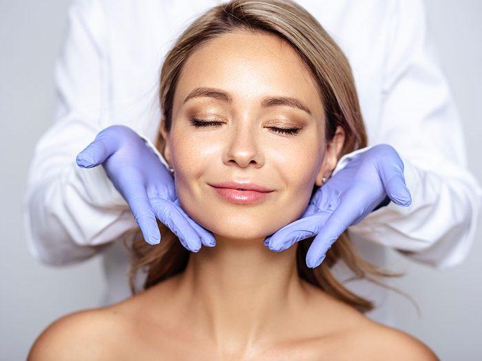 Suivez les conseils des professionnels pour avoir une peau jeune.