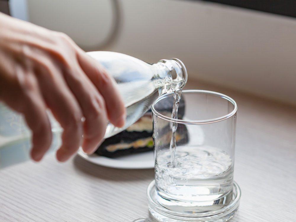 Hydratez-vous la nuit pour avoir une peau jeune.