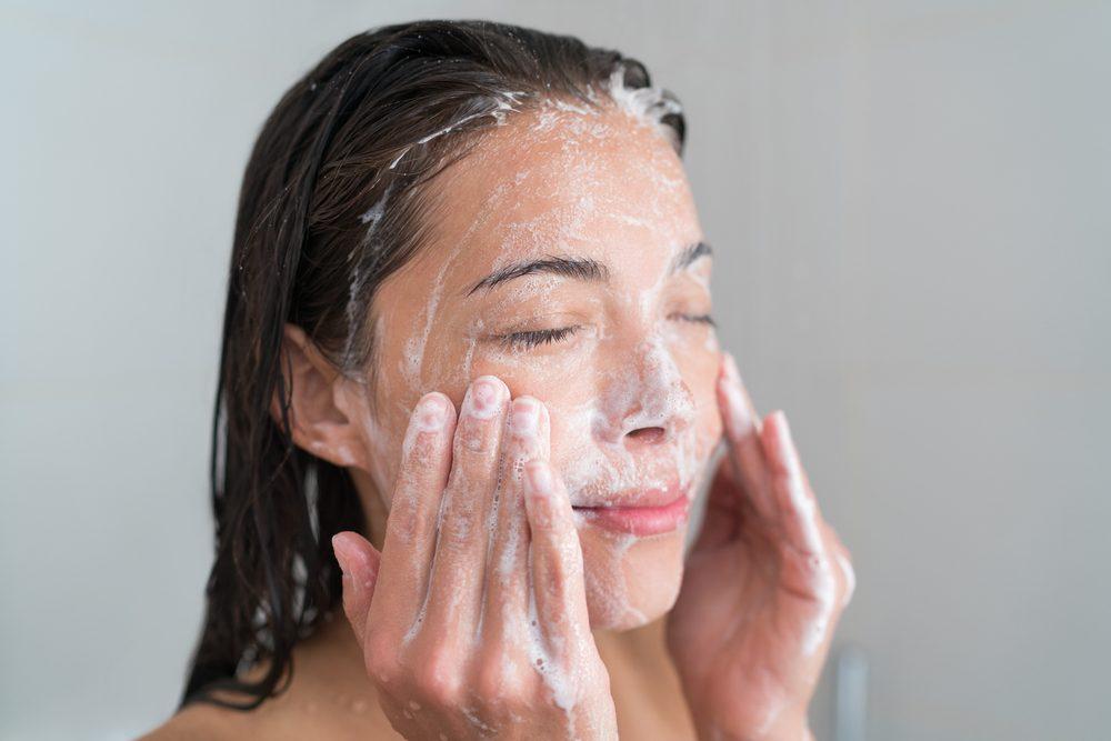 Pour une peau jeune et éclatante, utilisez une bonne lotion anti-âge.