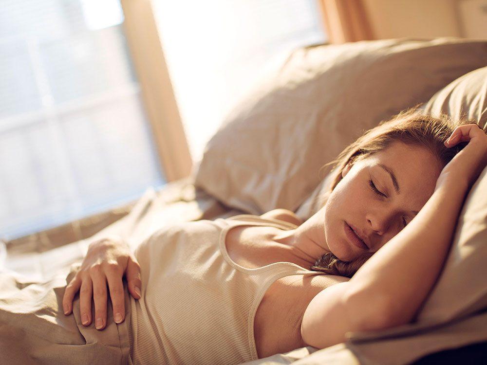 Changez de position en dormant pour une peau plus jeune.