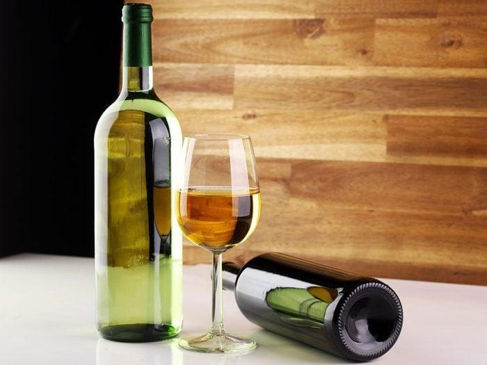 Évitez les excès d'alcool pour une peau d'apparence plus jeune et saine.