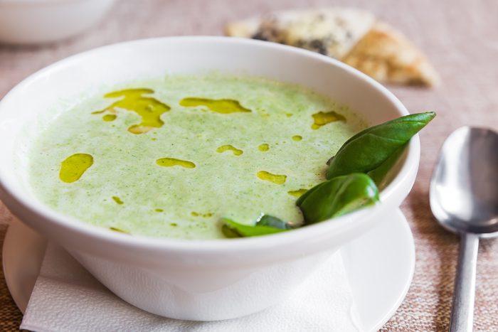 Une recette de potage à l'avocat avec du yogourt grec.