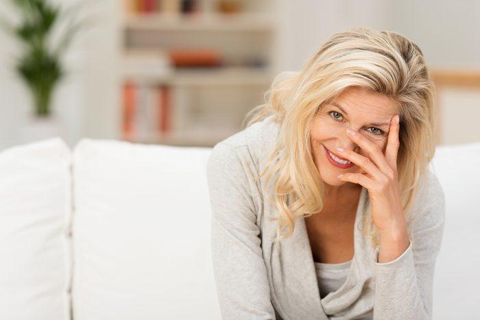Pour éviter que la teinture des cheveux gris ou blancs tournent au jaune, voici les meilleurs trucs.