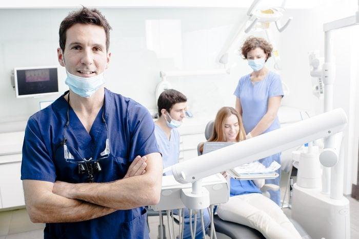 Récession gingivale et autres symptômes à surveiller dans la bouche et sur les dents.