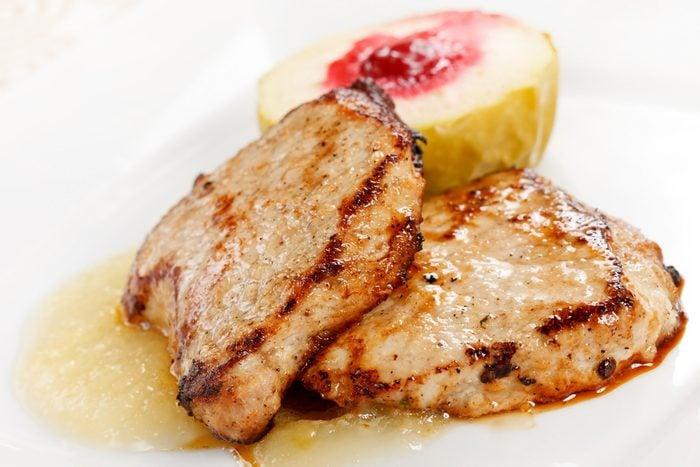 Des côtelettes de porc aux pommes et fruits séchés prêtes en moins de 30 minutes