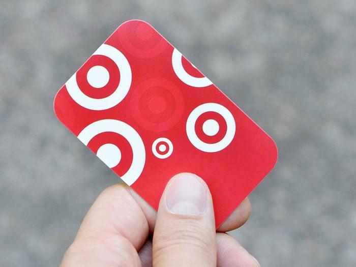 Ne mettez vos cartes cartes cadeaux dans votre sac à main.