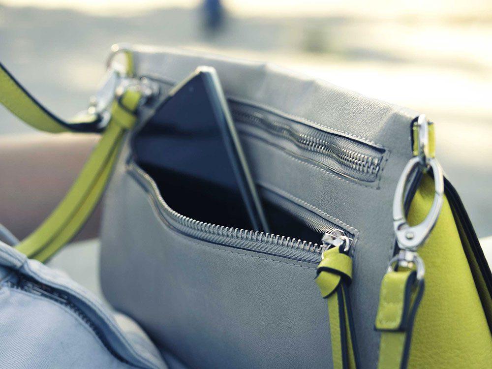 Ne mettez pas votre téléphone non protégé dans votre sac à main.