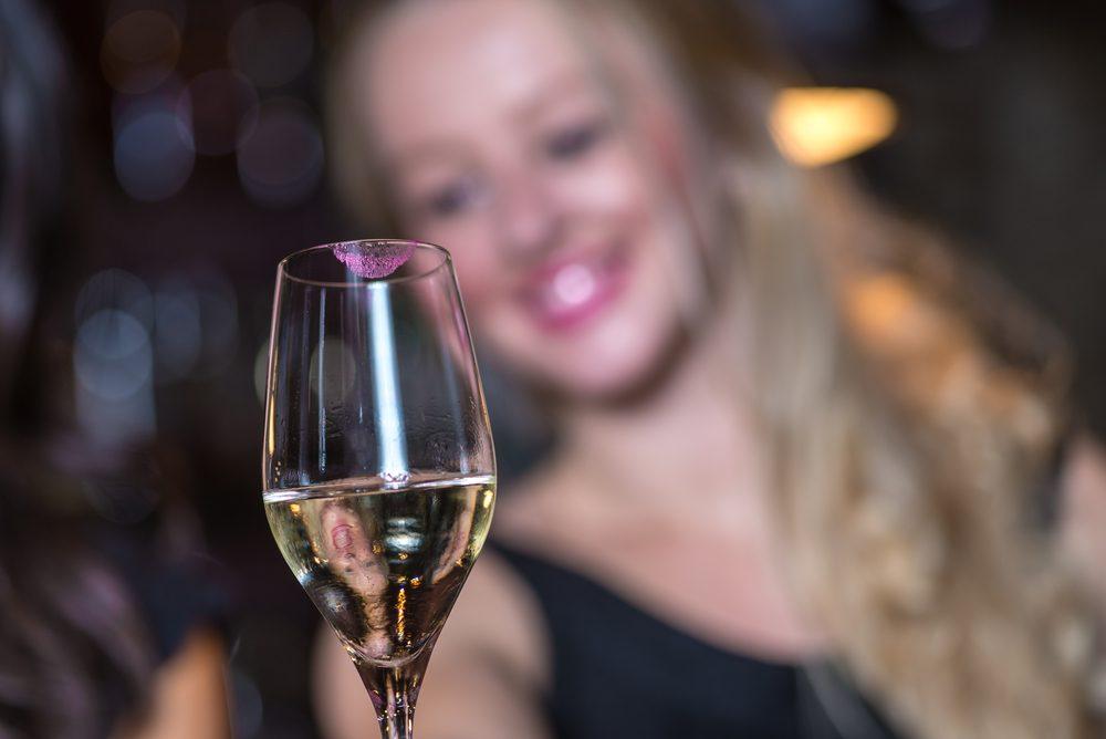 Règle de politesse et de savoir-vivre: Essuyez-vous la bouche avant de boire.