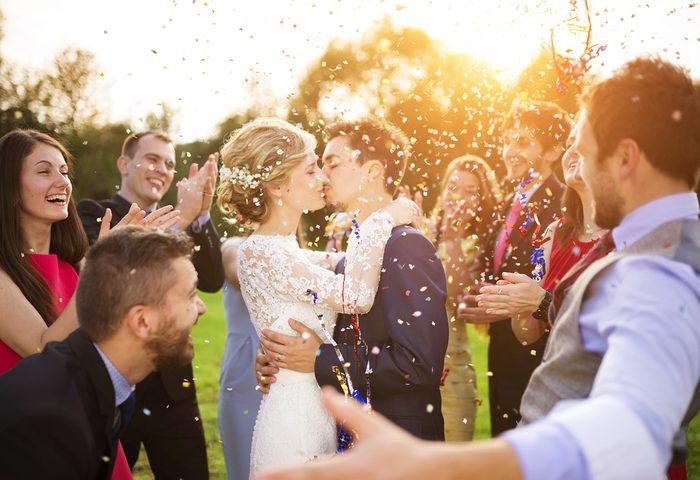 Règle de politesse et étiquette: Lisez le faire-part de mariage.