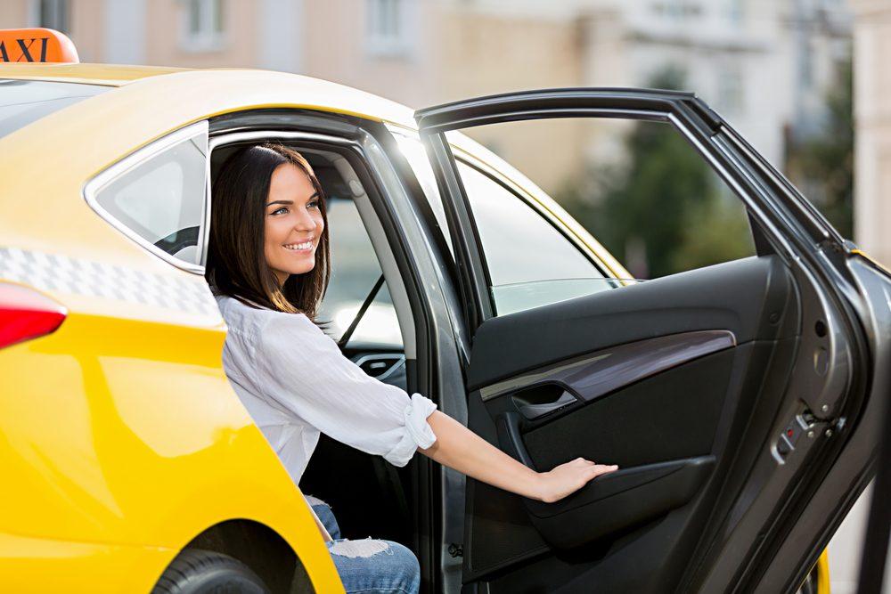 Politesse et étiquette: Entrez en premier dans un taxi.