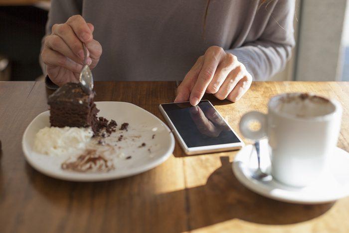 Règle de politesse et de savoir-vivre: Ne textez pas à table.
