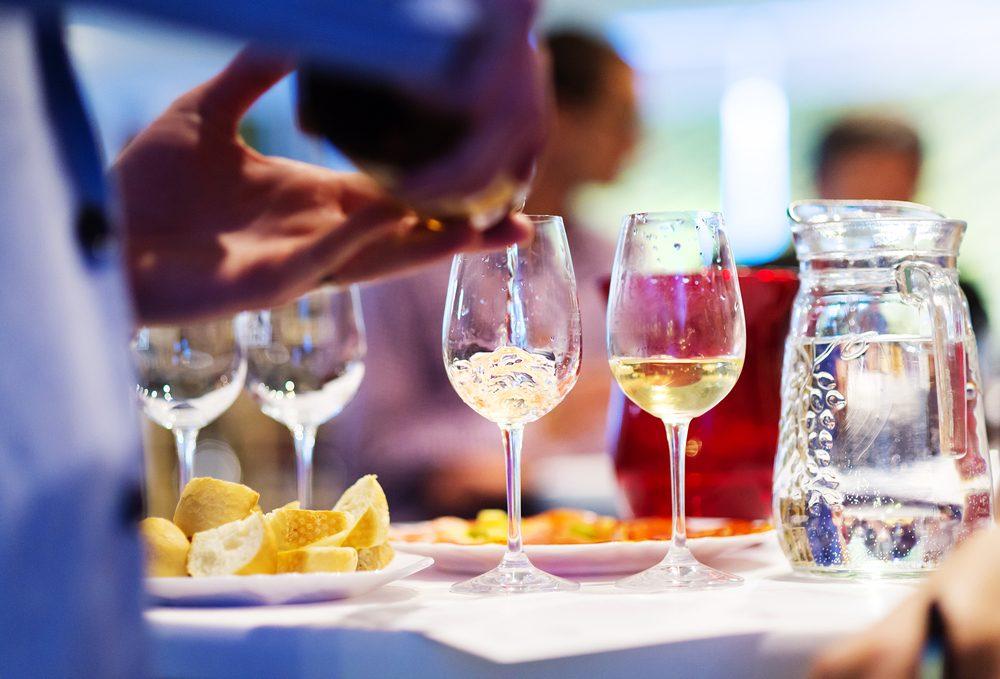 Règle de politesse et de savoir-vivre: Ne retournez pas votre verre.