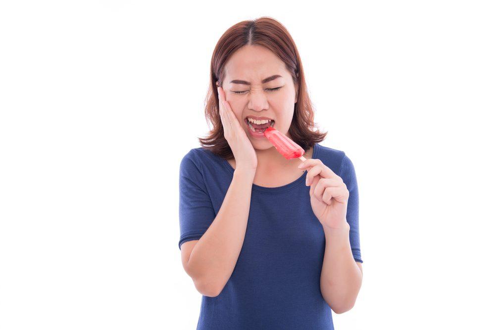 Sensibilité au chaud et au froid des dents: un symptôme à surveiller.