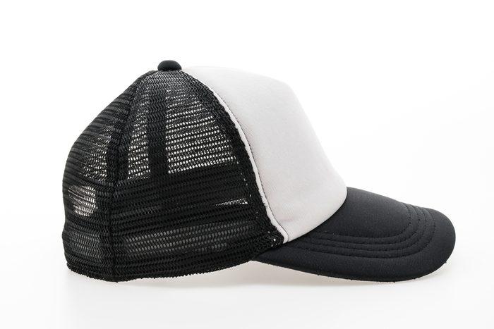 Évitez d'acheter des chapeaux dans une vente de garage