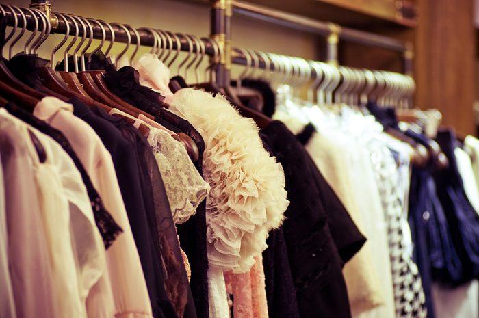 Évitez d'acheter des vêtements cintrés dans une vente de garage