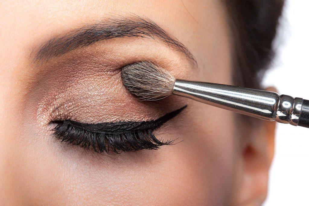 Erreur maquillage qui fait vieillir: les fards à paupières brillants accentuent les rides.