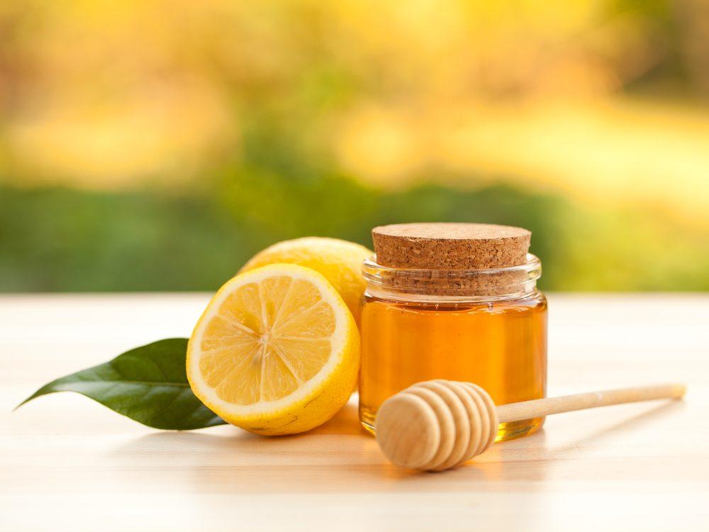Le miel et le citron, parmi les meilleurs produits de beauté naturels maison efficaces pour le visage.