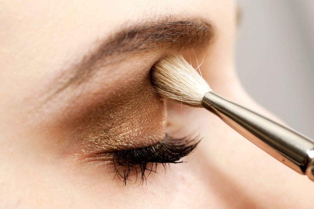 Erreur maquillage qui fait vieillir: maquiller aussi vos sourcils pour avoir l'air plus jeune.