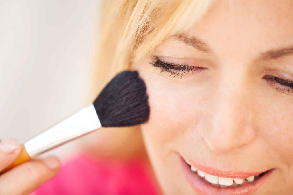 Erreur maquillage qui fait vieillir: appliquer le fard à joue au mauvais endroit fait paraître plus vieille.