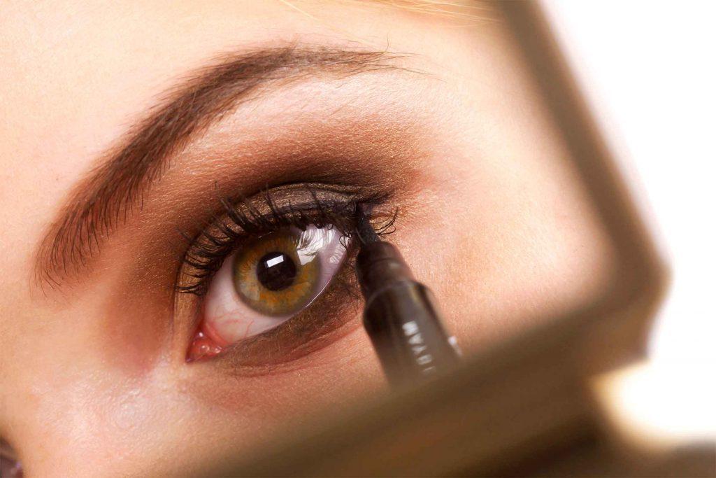 Erreur maquillage qui fait vieillir: maquiller le dessous de vos yeux vous fait paraître plus vieille.
