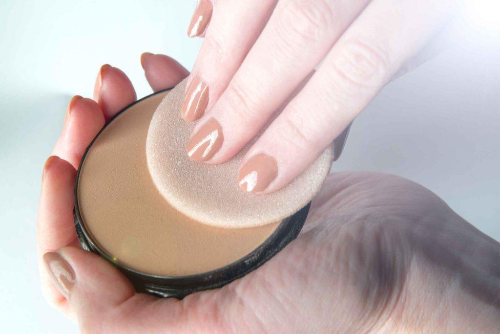 Erreur maquillage qui fait vieillir: appliquer trop de maquillage vous fait paraître plus vieille.