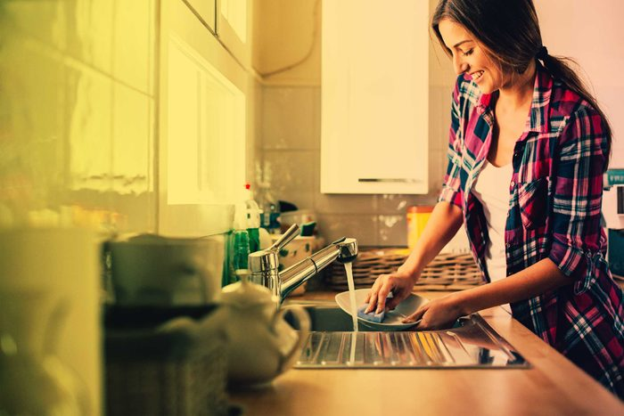 Mettre de la musique en faisant la vaisselle aide à ramasser.