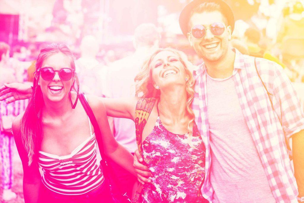 Votre amoureux et bon à marier: montrer de l'intérêt pour vos amis est signe qu'il est un bon partenaire.