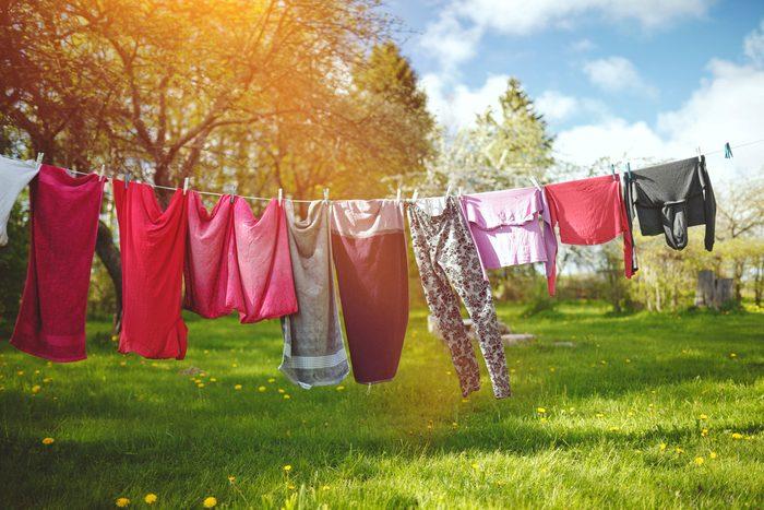 Séchez vos vêtements à l'air pour les épargner.