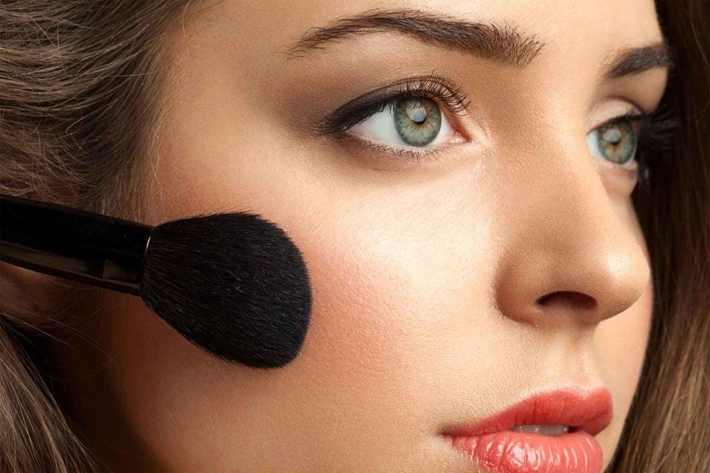 Erreur maquillage qui fait vieillir: un teint trop pâle vous fait paraître moins jeune.